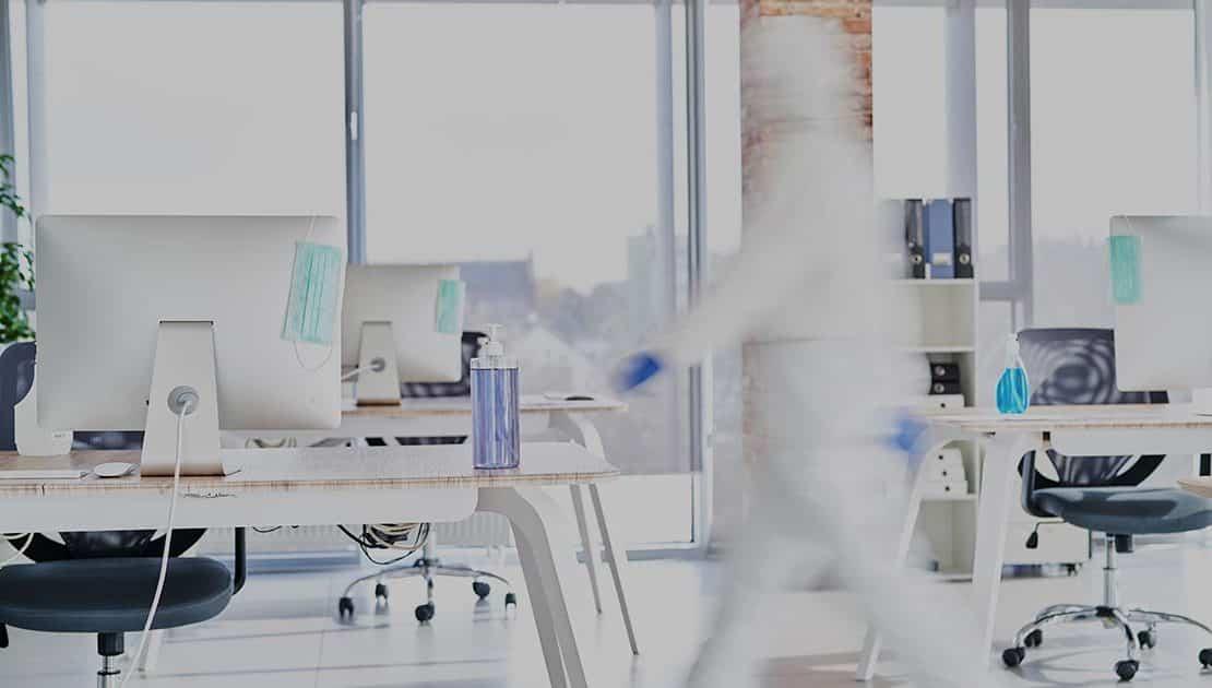 désinfection des bureaux par IBL Specifik - Photo d'un homme en blouse blanche dans un bureau